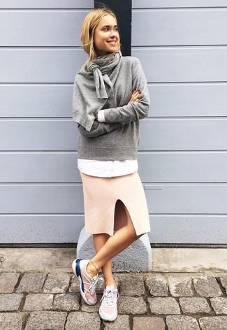 Come indossare: maglione girocollo grigio, camicia elegante bianca, gonna a tubino rosa, scarpe sportive rosa
