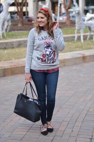 Come indossare: maglione girocollo stampato grigio, camicia elegante scozzese rossa e nera, jeans aderenti blu scuro, décolleté in pelle scamosciata neri