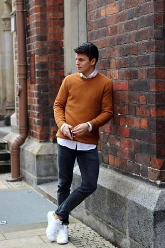 Come indossare e abbinare: maglione girocollo senape, camicia elegante bianca, jeans aderenti neri, sneakers basse di tela bianche