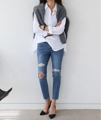 Come indossare e abbinare: maglione girocollo grigio, camicia elegante bianca, jeans strappati blu, décolleté in pelle scamosciata neri
