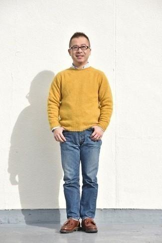 Come indossare e abbinare un maglione girocollo senape: Prova a combinare un maglione girocollo senape con jeans blu per un look trendy e alla mano. Chukka in pelle marroni sono una splendida scelta per completare il look.