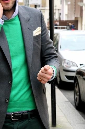 Come indossare e abbinare: maglione girocollo verde, camicia elegante azzurra, pantaloni eleganti verde scuro, fazzoletto da taschino di seta beige