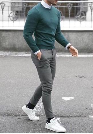 Come indossare e abbinare: maglione girocollo verde, camicia elegante bianca, pantaloni eleganti di lana grigi, sneakers basse in pelle bianche