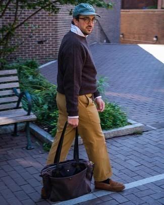 Trend da uomo 2020: Scegli un outfit composto da un maglione girocollo marrone scuro e pantaloni eleganti marrone chiaro come un vero gentiluomo.