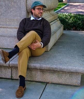 Trend da uomo 2020: Potresti indossare un maglione girocollo marrone scuro e pantaloni eleganti marrone chiaro come un vero gentiluomo. Mocassini eleganti in pelle scamosciata marroni sono una eccellente scelta per completare il look.