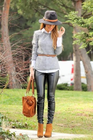 Come indossare: maglione girocollo morbido grigio, camicia elegante bianca, pantaloni skinny in pelle neri, stivaletti in pelle scamosciata marrone chiaro