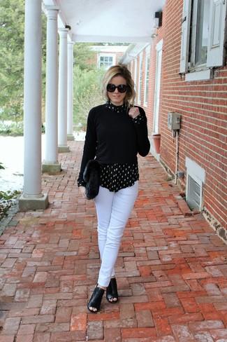 Come indossare: maglione girocollo nero, camicia elegante stampata nera e bianca, pantaloni skinny bianchi, stivaletti in pelle tagliati neri