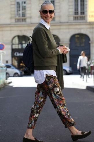 Come indossare e abbinare: maglione girocollo verde oliva, camicia elegante bianca, pantaloni stretti in fondo stampati neri, mocassini eleganti in pelle scamosciata verde oliva
