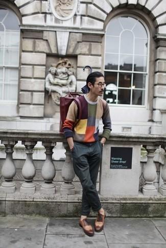 Trend da uomo 2020: Opta per un maglione girocollo multicolore e chino grigio scuro per un outfit comodo ma studiato con cura. Scegli uno stile classico per le calzature e indossa un paio di scarpe brogue in pelle marroni.