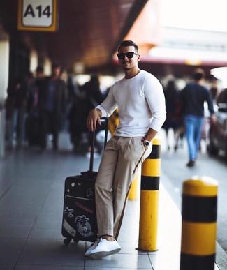Come indossare e abbinare: maglione girocollo bianco, chino beige, sneakers basse in pelle bianche, occhiali da sole neri