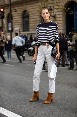 Come indossare: maglione girocollo a righe orizzontali nero e bianco, chino bianchi, stivaletti in pelle scamosciata terracotta, borsa a tracolla in pelle nera