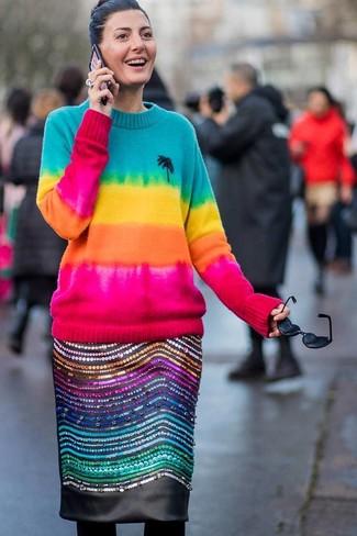 Come indossare: maglione girocollo effetto tie-dye multicolore, gonna a tubino in pelle decorata nera, collant di lana nero