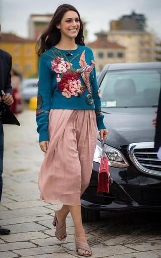 Come indossare: maglione girocollo ricamato foglia di tè, gonna longuette a pieghe rosa, sabot in pelle beige, borsa a tracolla in pelle scamosciata rossa