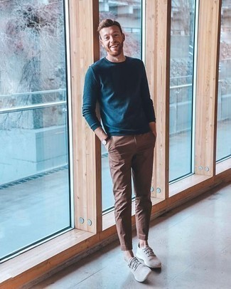 Trend da uomo 2020: Coniuga un maglione girocollo foglia di tè con chino marroni per un outfit comodo ma studiato con cura. Scegli un paio di sneakers basse grigie per avere un aspetto più rilassato.