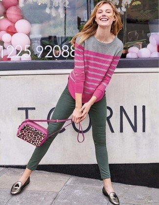 Come indossare e abbinare: maglione girocollo a righe orizzontali fucsia, jeans aderenti verde scuro, mocassini con nappine in pelle argento, borsa a tracolla in pelle leopardata fucsia