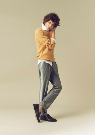 Come indossare e abbinare un maglione girocollo giallo: Per creare un adatto a un pranzo con gli amici nel weekend coniuga un maglione girocollo giallo con chino grigi. Indossa un paio di mocassini eleganti in pelle neri per un tocco virile.
