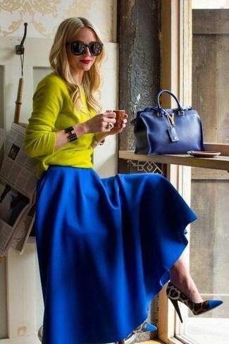 Come indossare: maglione girocollo giallo, gonna lunga a pieghe blu, décolleté leopardati blu, borsa a mano blu