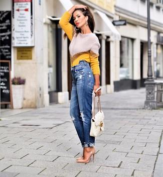 Come indossare e abbinare: maglione girocollo con motivo a zigzag giallo, jeans boyfriend strappati blu, décolleté in pelle marrone chiaro, cartella in pelle trapuntata bianca