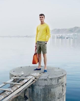 Come indossare: maglione girocollo giallo, pantaloncini verde oliva, espadrillas di tela blu, borsa shopping in pelle arancione