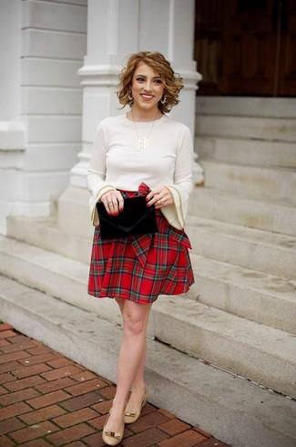 Come indossare: maglione girocollo beige, gonna a pieghe scozzese rossa, ballerine in pelle marrone chiaro, pochette di velluto nera