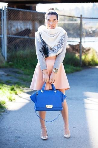 Come indossare: maglione girocollo grigio, gonna a pieghe rosa, décolleté in pelle beige, cartella in pelle blu