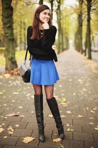 Come indossare: maglione girocollo nero, gonna a pieghe blu, stivali sopra il ginocchio in pelle neri, borsa a tracolla in pelle nera