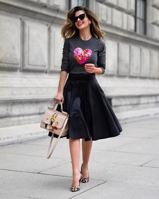 Trend da donna: Prova a combinare un maglione girocollo decorato grigio scuro con una gonna a ruota nera per un look spensierato e alla moda. Un paio di décolleté in cavallino leopardati beige si abbina alla perfezione a una grande varietà di outfit.