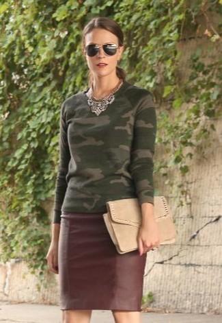 Come indossare: maglione girocollo mimetico verde oliva, gonna a tubino in pelle bordeaux, pochette in pelle scamosciata beige, occhiali da sole neri