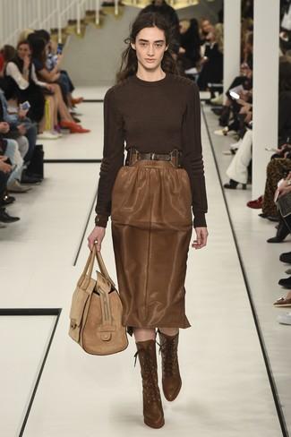 Come indossare: maglione girocollo marrone scuro, gonna a tubino in pelle marrone, stivaletti con lacci in pelle marroni, borsa shopping in pelle scamosciata marrone chiaro