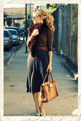 Come indossare: maglione girocollo leopardato marrone, gonna longuette grigio scuro, décolleté in pelle dorati, cartella in pelle marrone chiaro