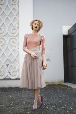 Come indossare: maglione girocollo decorato rosa, gonna longuette di chiffon a pieghe grigia, décolleté in pelle scamosciata viola melanzana, borsa a tracolla in pelle beige