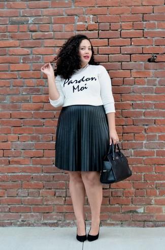 Come indossare e abbinare: maglione girocollo stampato bianco e nero, gonna longuette a pieghe nera, décolleté in pelle scamosciata neri, borsa shopping in pelle nera