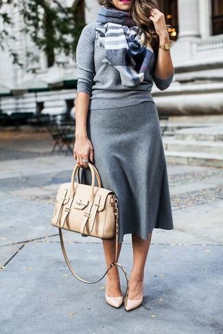 Come indossare: maglione girocollo grigio, gonna longuette di lana grigia, décolleté in pelle beige, cartella in pelle beige