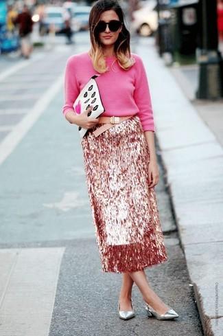 Come indossare: maglione girocollo fucsia, gonna longuette con paillettes rosa, décolleté in pelle argento, pochette in pelle stampata bianca