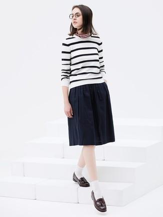 Come indossare: maglione girocollo a righe orizzontali bianco e nero, gonna longuette a pieghe blu scuro, mocassini con nappine in pelle marrone scuro, bandana a righe orizzontali multicolore
