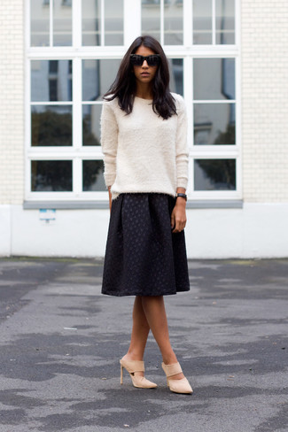 Trend da donna: Mostra il tuo stile in un maglione girocollo morbido bianco con una gonna longuette a pieghe nera per essere trendy e seducente. Sfodera il gusto per le calzature di lusso e indossa un paio di sabot in pelle scamosciata beige.