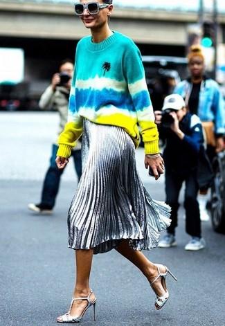 Come indossare: maglione girocollo effetto tie-dye multicolore, gonna longuette a pieghe argento, sandali con tacco in pelle argento, occhiali da sole azzurri