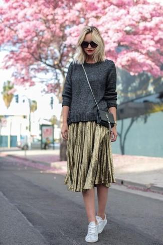 Come indossare: maglione girocollo grigio, gonna longuette a pieghe dorata, sneakers basse bianche, borsa a tracolla in pelle nera