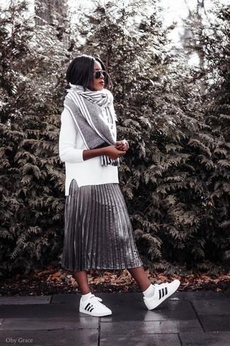 Come indossare: maglione girocollo bianco, gonna longuette a pieghe argento, sneakers basse in pelle bianche e nere, sciarpa a righe verticali grigia