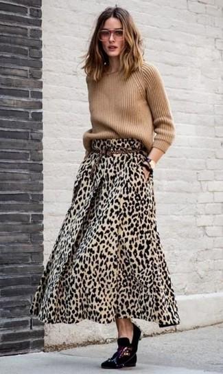 Come indossare: maglione girocollo marrone chiaro, gonna lunga leopardata marrone chiaro, mocassini eleganti di velluto decorati neri, cintura in pelle scamosciata leopardata marrone chiaro
