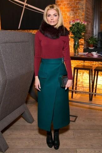 Come indossare: maglione girocollo rosso, gonna lunga verde scuro, stivaletti in pelle pesanti neri, pochette in pelle scamosciata verde scuro
