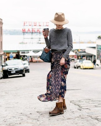 Come indossare: maglione girocollo grigio scuro, gonna lunga di chiffon a fiori nera, stivali ugg marrone scuro, borsa shopping di tela blu scuro