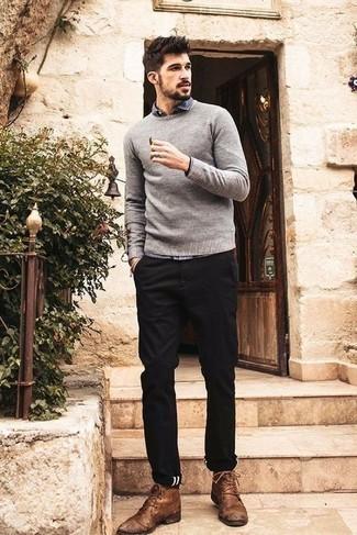 Come indossare e abbinare un maglione girocollo grigio: Abbina un maglione girocollo grigio con chino neri per un look raffinato per il tempo libero. Ispirati all'eleganza di Luca Argentero e completa il tuo look con un paio di chukka in pelle marroni.