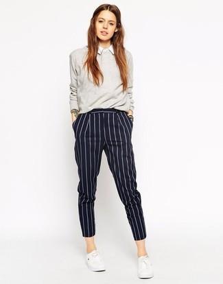 Come indossare e abbinare pantaloni eleganti a righe verticali blu scuro: Prova a combinare un maglione girocollo grigio con pantaloni eleganti a righe verticali blu scuro per un outfit comodo ma studiato con cura. Opta per un paio di sneakers basse bianche per avere un aspetto più rilassato.