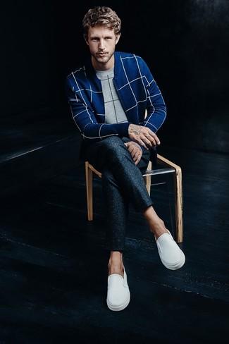 Come indossare e abbinare: maglione girocollo a quadri grigio, cardigan con zip a quadri blu, pantaloni eleganti di lana blu scuro, sneakers senza lacci bianche