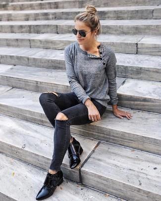 Un maglione girocollo grigio e jeans aderenti strappati neri per essere spensierata e alla moda. Un paio di stivaletti in pelle con borchie neri darà un tocco di forza e virilità a ogni completo.