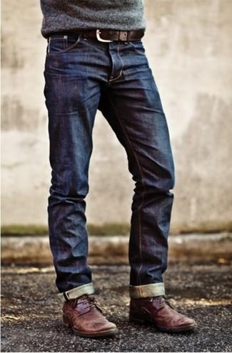 Prova ad abbinare un maglione girocollo grigio con jeans blu scuro per un outfit comodo ma studiato con cura. Questo outfit si abbina perfettamente a un paio di chukka in pelle bordeaux.