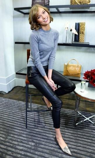 Come indossare: maglione girocollo grigio, pantaloni skinny in pelle neri, mocassini eleganti in pelle argento, borsa a mano in pelle senape