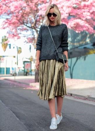 Come indossare: maglione girocollo grigio scuro, gonna longuette a pieghe dorata, sneakers basse di tela bianche, borsa a tracolla in pelle nera