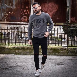 Come indossare e abbinare: maglione girocollo stampato grigio scuro, jeans aderenti strappati neri, sneakers basse bianche e nere, occhiali da sole grigi